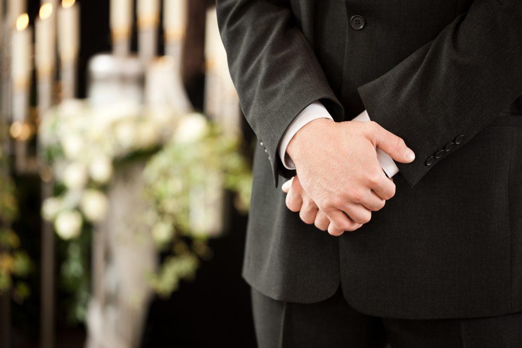 喪主と施主の違いは? 喪主になったらまず何をする?