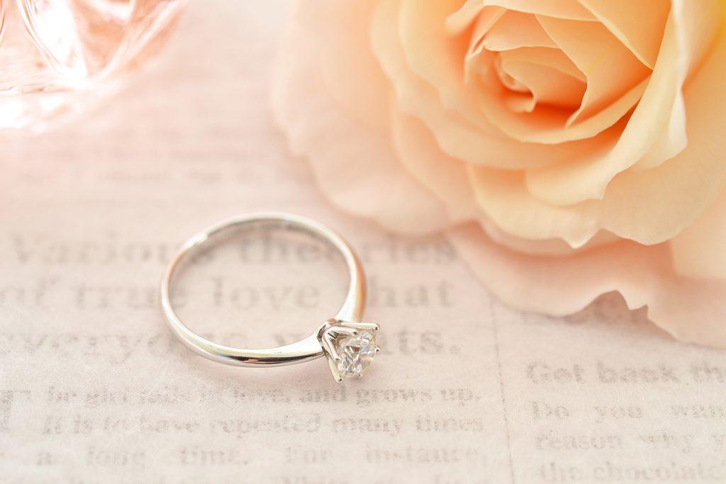 二人の絆の証である婚約指輪の選び方と相場