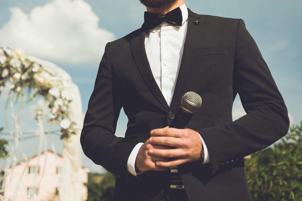 滞りない進行とアドリブも重要となる結婚式の司会者
