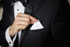 結婚式に適した服装で参列しましょう